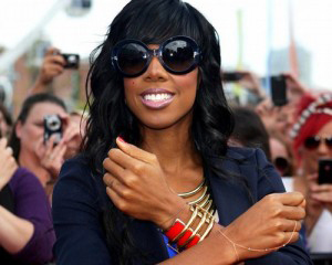 Kelly Rowland wearing hand chain